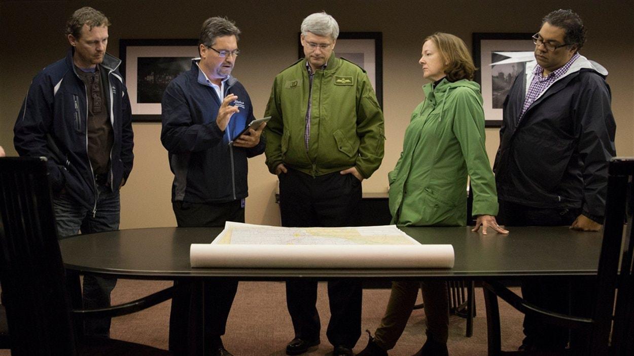 Le premier ministre du Canada, Stephen Harper, rencontre la première ministre de l'Alberta, Alison  Redford, et le maire de Calgary, Naheed Nenshi.