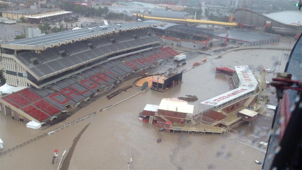 Le stade à proximité du Saddledome de Calgary, sous l'eau.