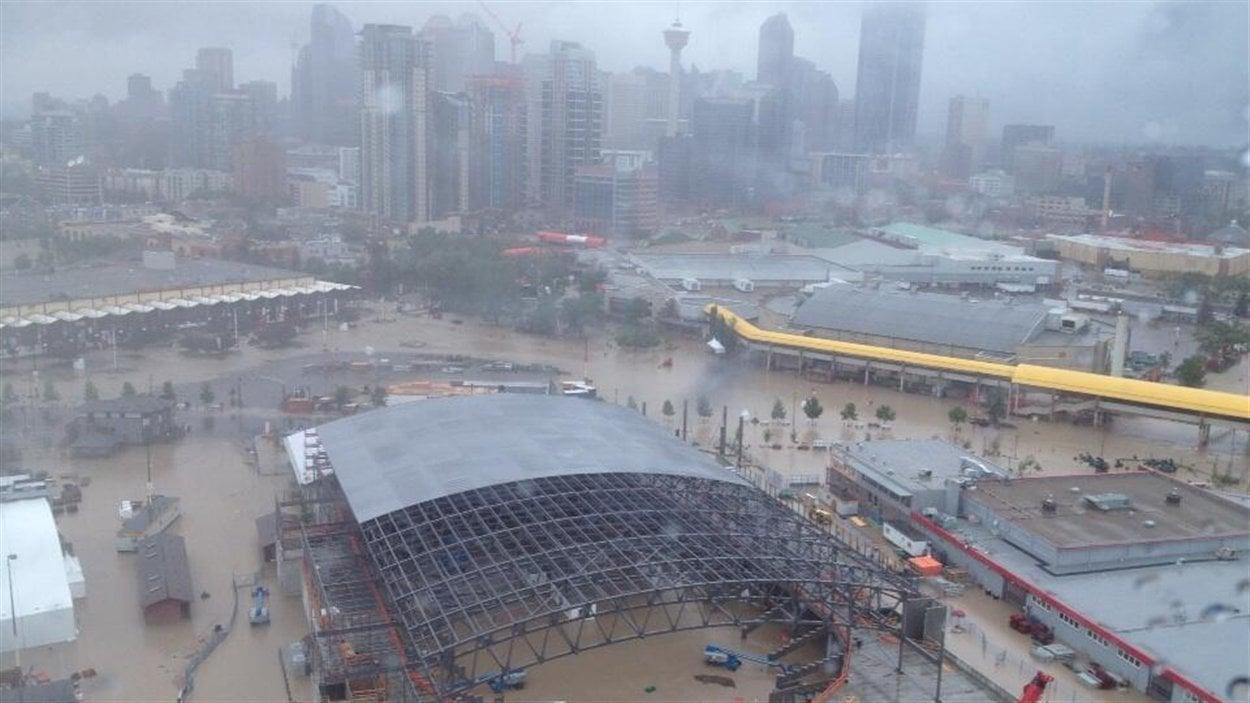 Vue aérienne du centre-ville inondé à Calgary.