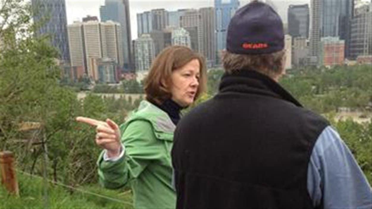 La première ministre Alison Redford discute des inondations avec des citoyens de Calgary.