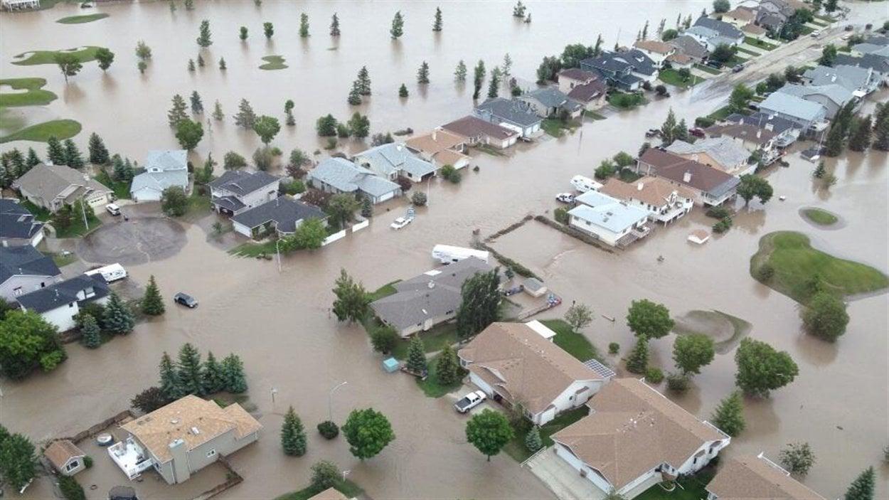 Vue aérienne des maisons inondées à High River,  le 21 juin 2013