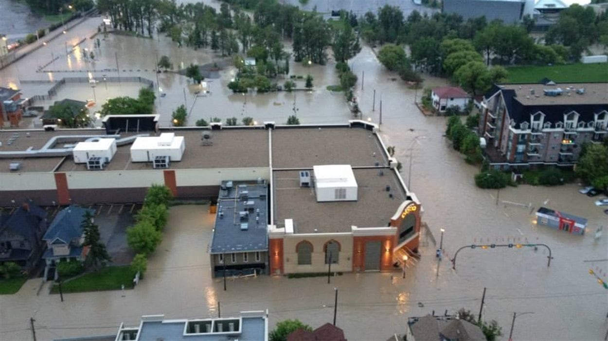Le centre-ville de Calgary est inondé le matin du 21 juin 2013.
