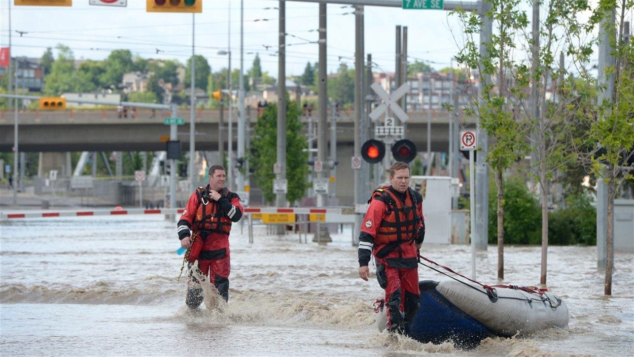 Les secours parcourent le centre-ville de Calgary le 21 juin 2013.