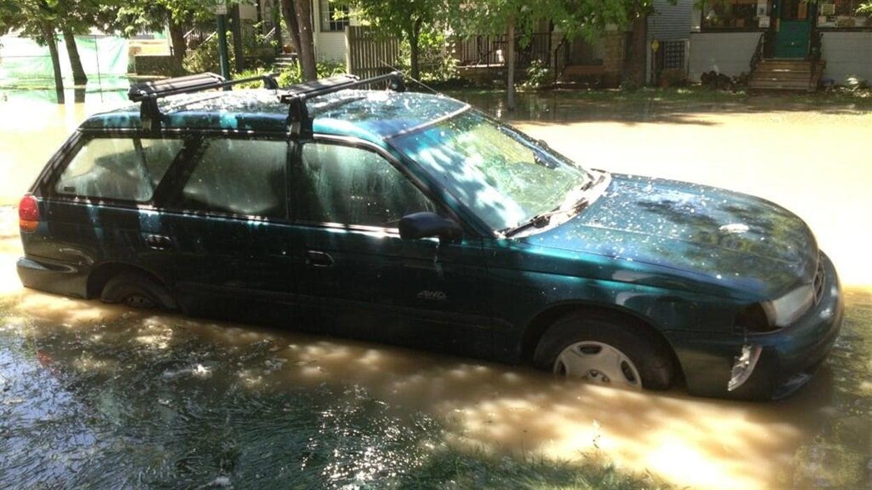 Des milliers de Calgariens peuvent rentrer chez eux, mais bien des rues sont encore inondées.