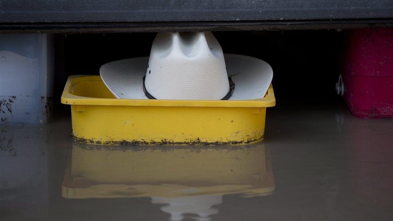 Un chapeau de cowboy a été aperçu flottant dans un garage inondé du sud de Calgary le 22 juin 2013.