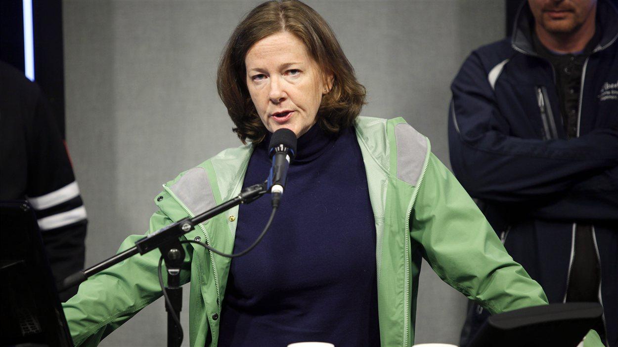 Le première ministre de l'Alberta, Alison Redford, lors de son arrivée à Calgary lors des inondations.