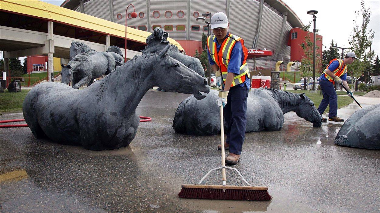 Des travailleurs préparent le site du Saddledome de Calgary pour le 101e Stampede.