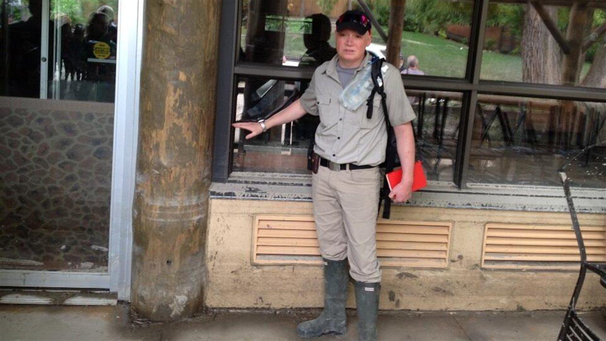 Un responsable du zoo de Calgary montre jusqu'où l'eau s'est rendue lors des inondations.