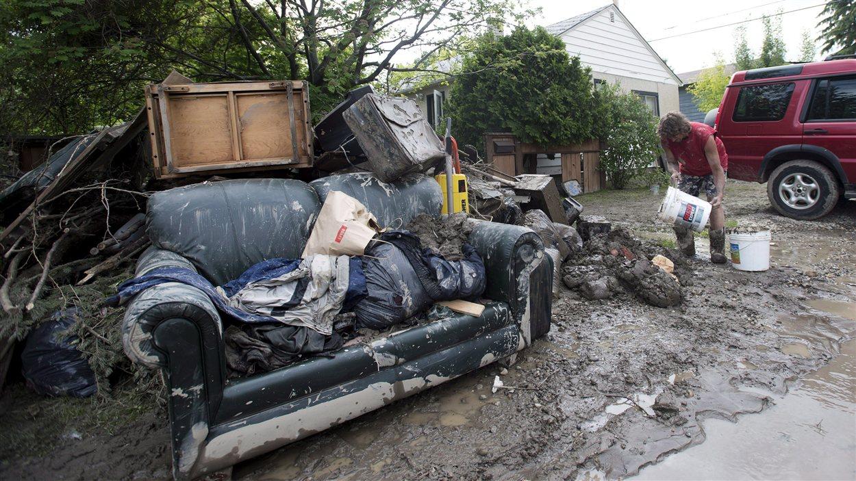Des meubles endommagés à la suite des inondations à Calgary