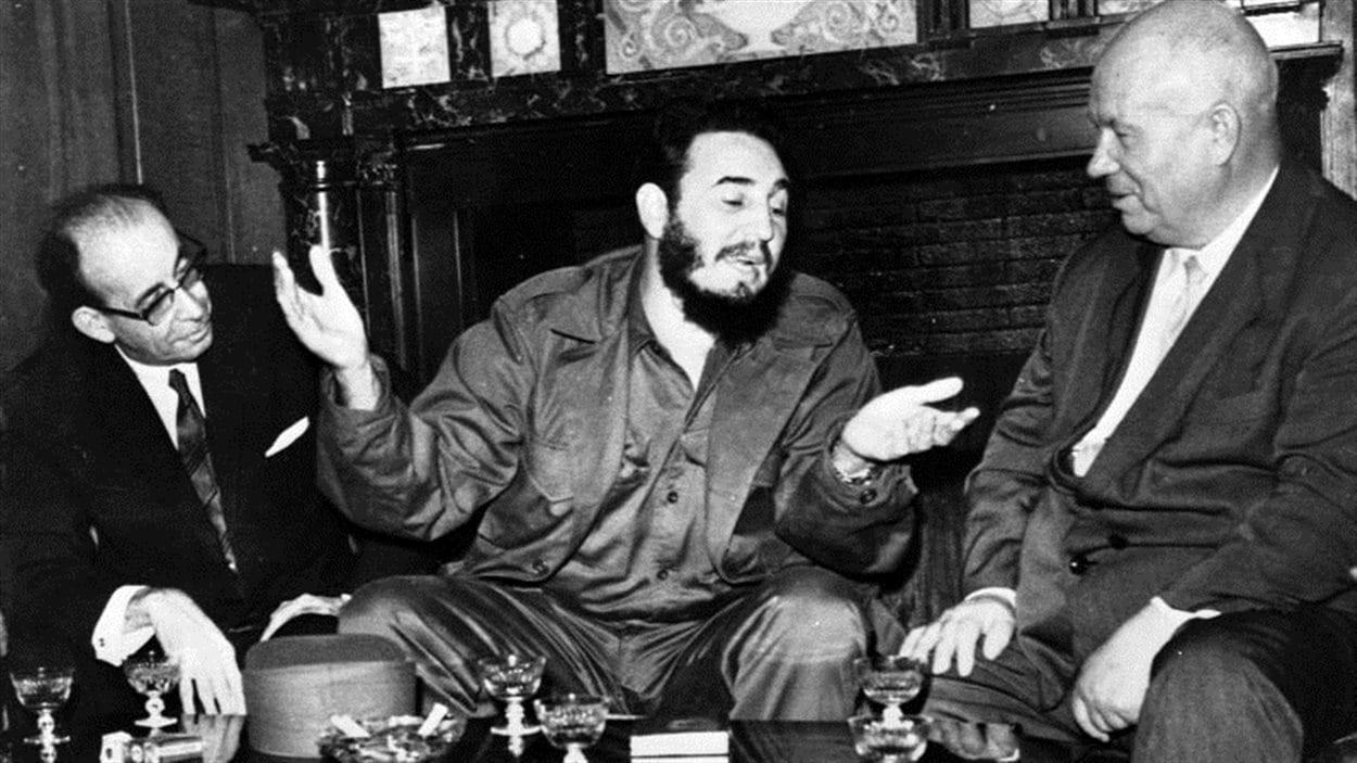 En 1960, à New York, Fidel Castro entouré du premier ministre russe Nikita Khrouchtchev à droite et son ministre des Affaires étrangères, Raul Roa