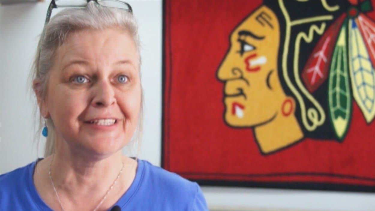 Josée Lemelin confectionne le logo des Blackhawks depuis 23 ans
