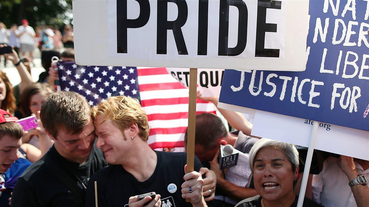 Des activistes en faveur du mariage gai réagissent après le jugement de la Cour suprême invalidant la loi fédérale de défense du mariage, le 26 juin 2013.