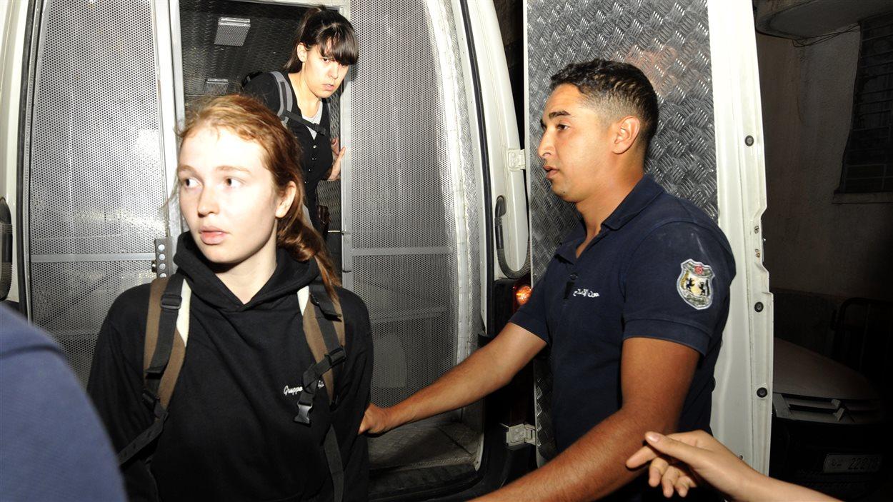 Les trois Européennes militantes du l'organisation Femen, Josephine Markmann (à g.) et Pauline Hillier (au centre) lors de leur arrivée au ministère de l'Intérieur pour les dernières formalités avant leur départ de Tunisie.