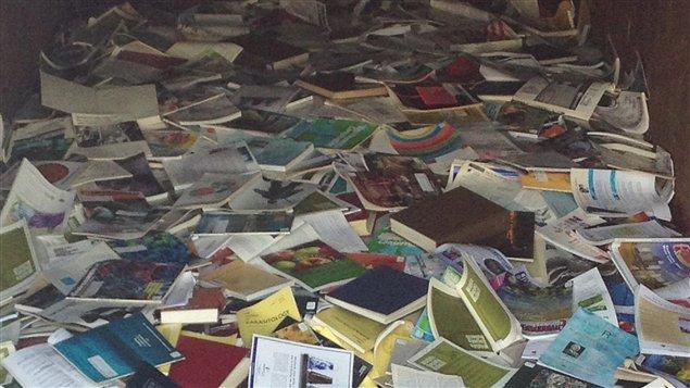 Des centaines de livres qui se retrouvent dans un conteneur à déchets dans la cour intérieure de l'IML
