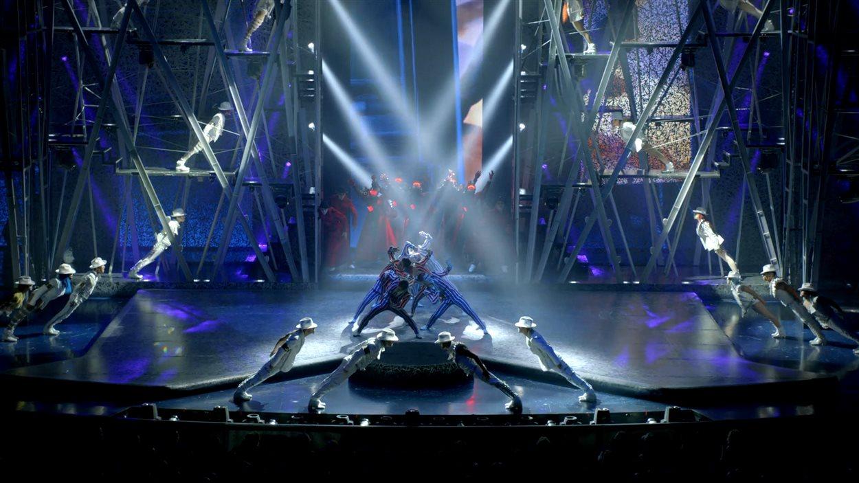 Des danseurs adoptent les mouvements de Michael Jackson dans «One», le nouveau spectacle du Cirque du Soleil à Las Vegas,