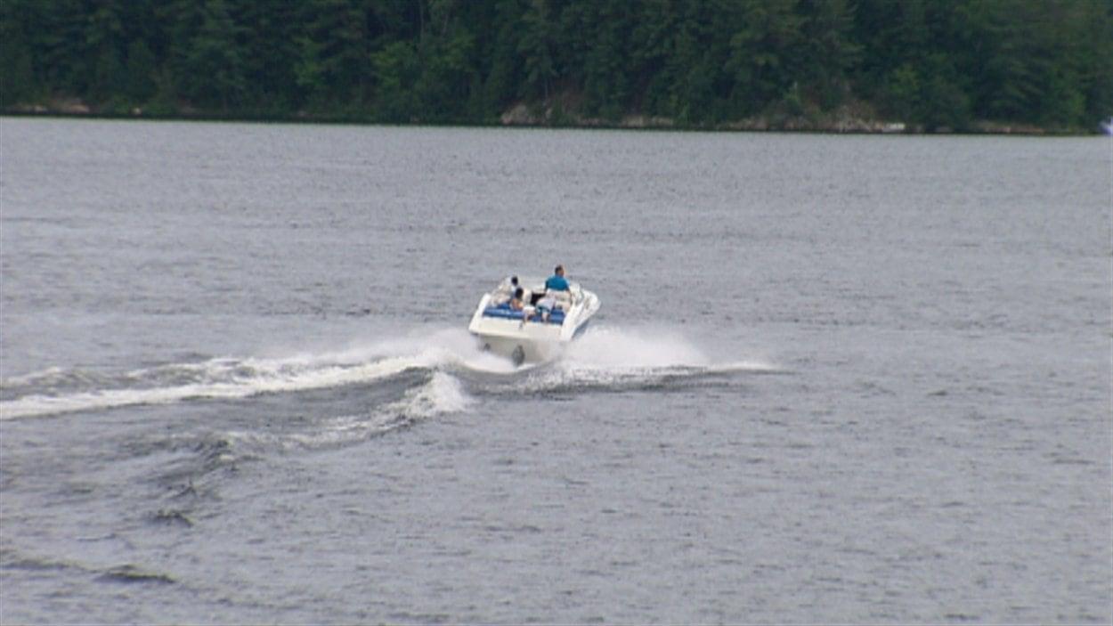 Plusieurs plaisanciers profitent du lac Simon pendant la période estivale.
