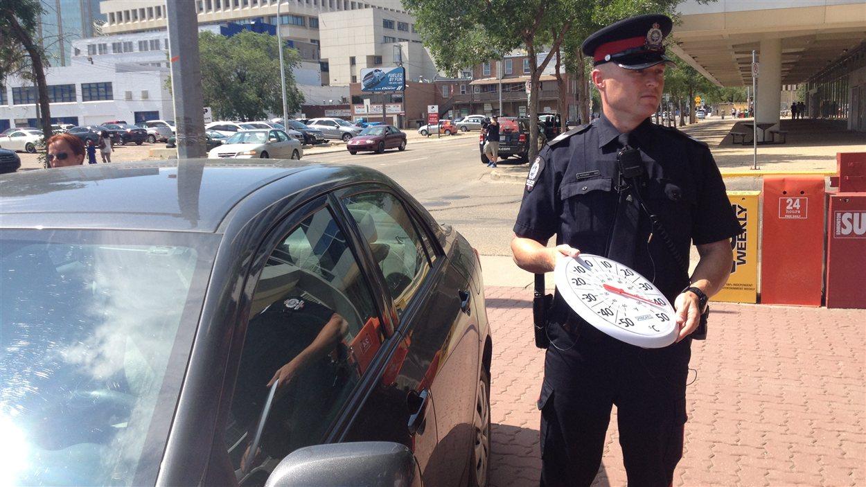 La police d'Edmonton rappelle de ne pas laisser ses enfants et animaux de compagnie dans sa voiture, surtout lors de canicules.