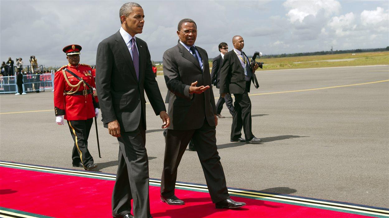 Le président américain, Barak Obama, est escorté par son homologue tanzanien, Jakaya Kikwete, vers son avion Air Force One à l'aéroport de Dar es Salaam, mardi.