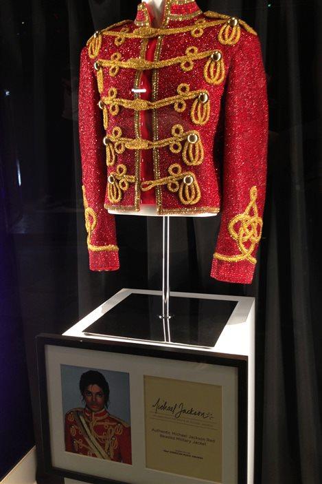 La célèbre veste de Michael Jackson en exposition.