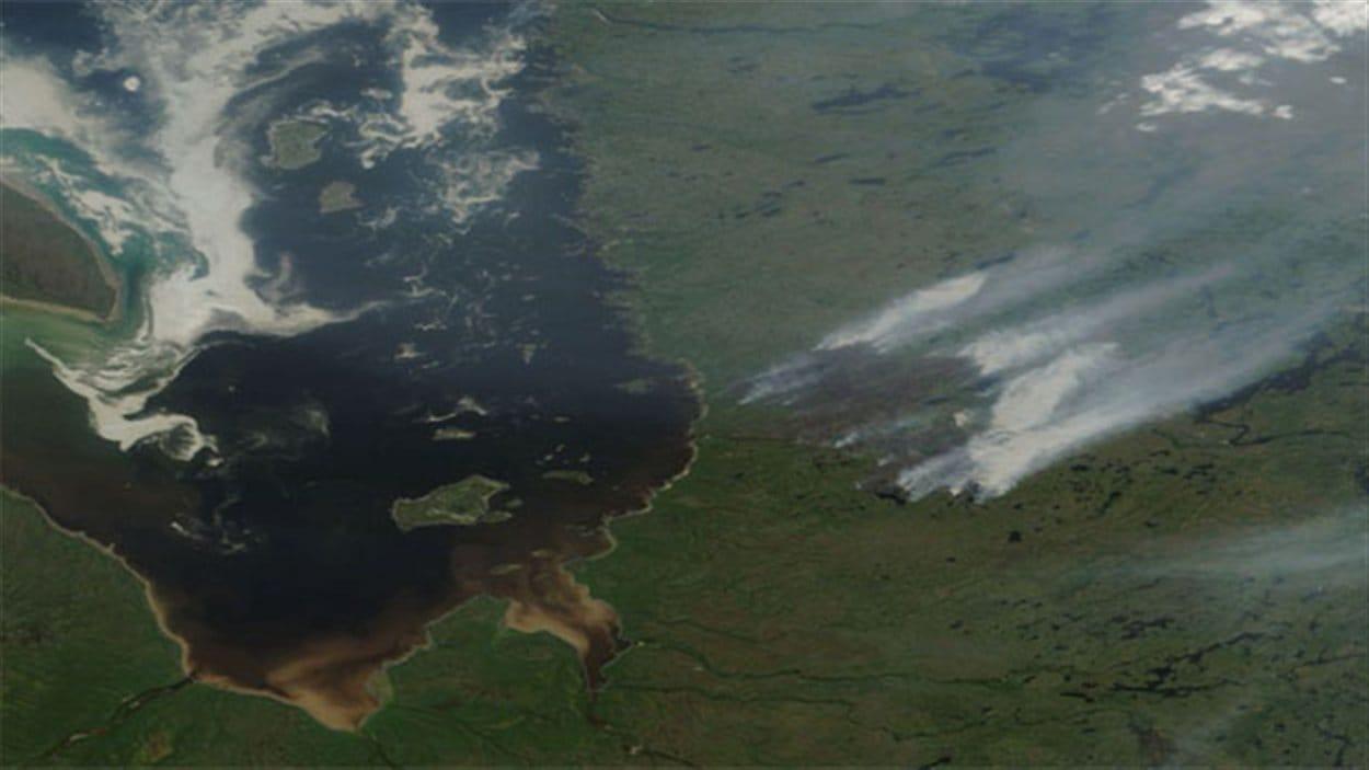 Immense feu de forêt pr;es de Eastmain, Eeyou Istchee, nord-ouest du Québec