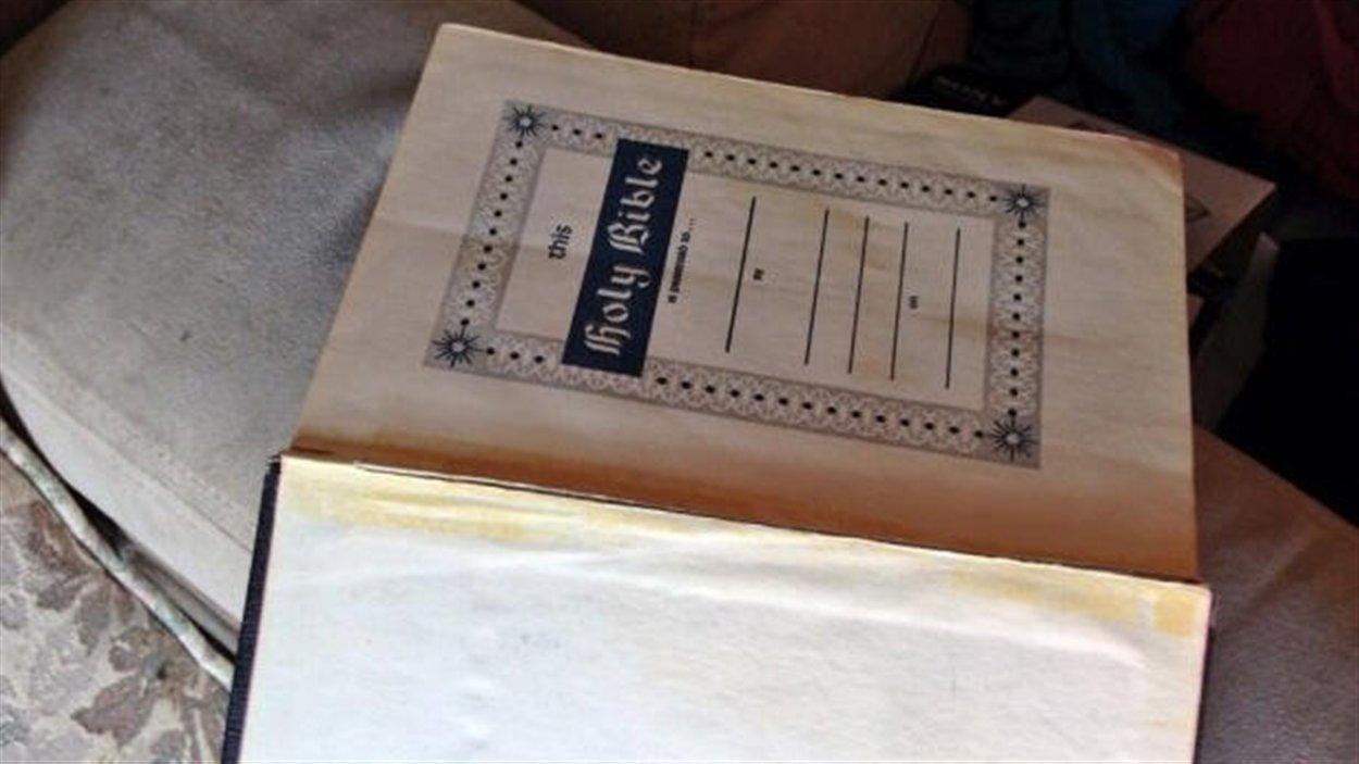 Sur le divan du salon, une Bible ouverte.
