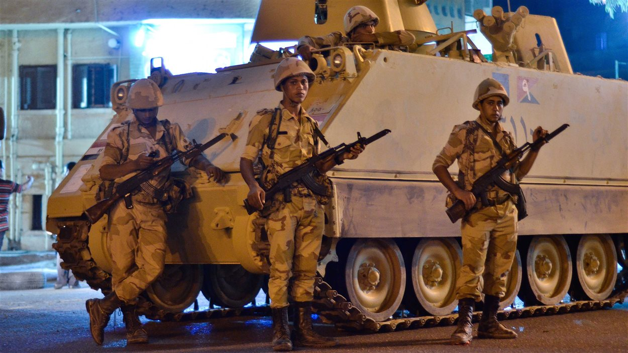 L'armée égyptienne patrouille dans les rues avoisinant l'Université du Caire