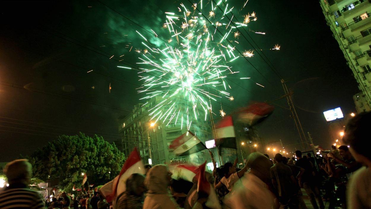 Les opposants de Mohamed Morsi célèbrent son départ dans les rues du Caire, devant le palais présidentiel, le 3 juillet 2013