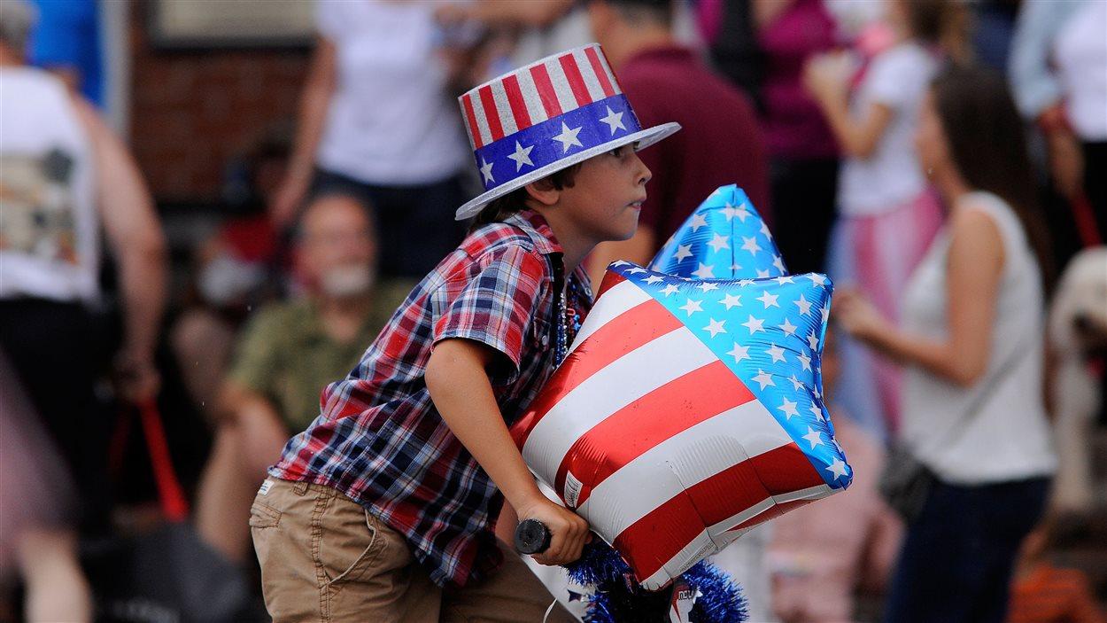 Un jeune Américain à vélo lors des célébrations du 4 juillet à Apalachicola, en Floride