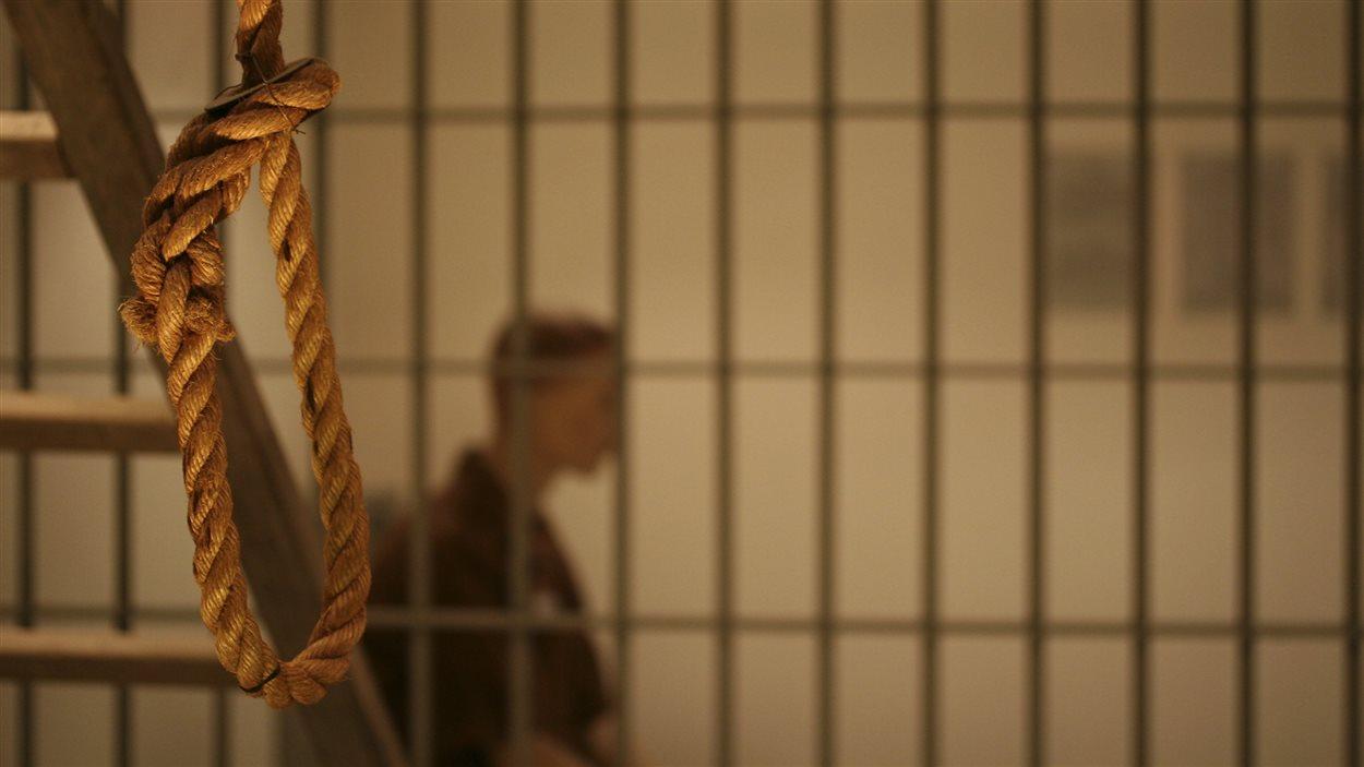 Un prisonnier est assis dans sa cellule en attendant sa pendaison.