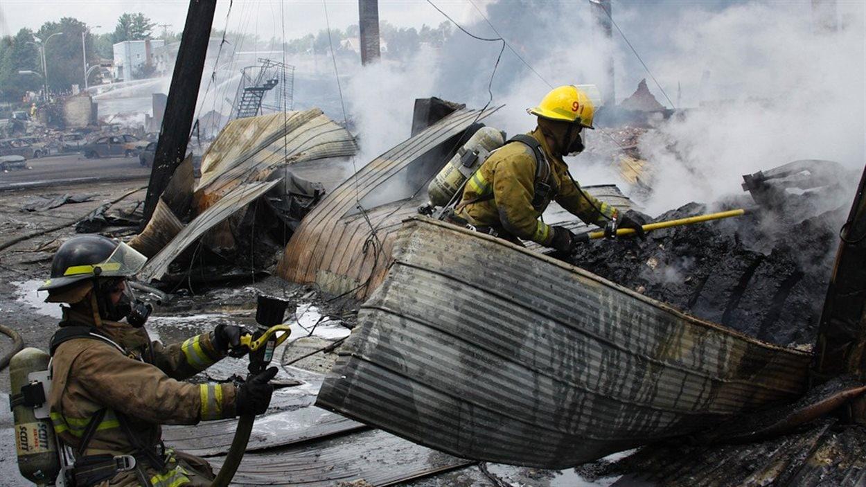 Des pompiers au travail à Lac Mégantic.