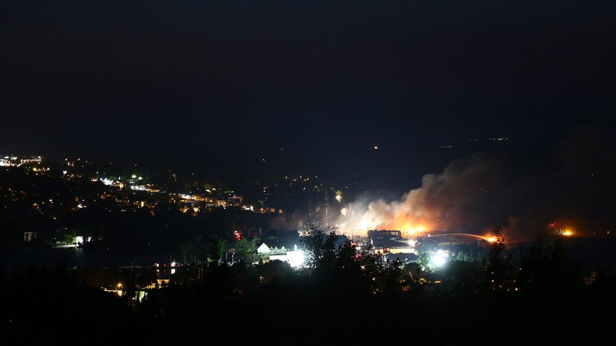 Le feu brûlait toujours, samedi soir, au centre-ville de Lac-Mégantic.