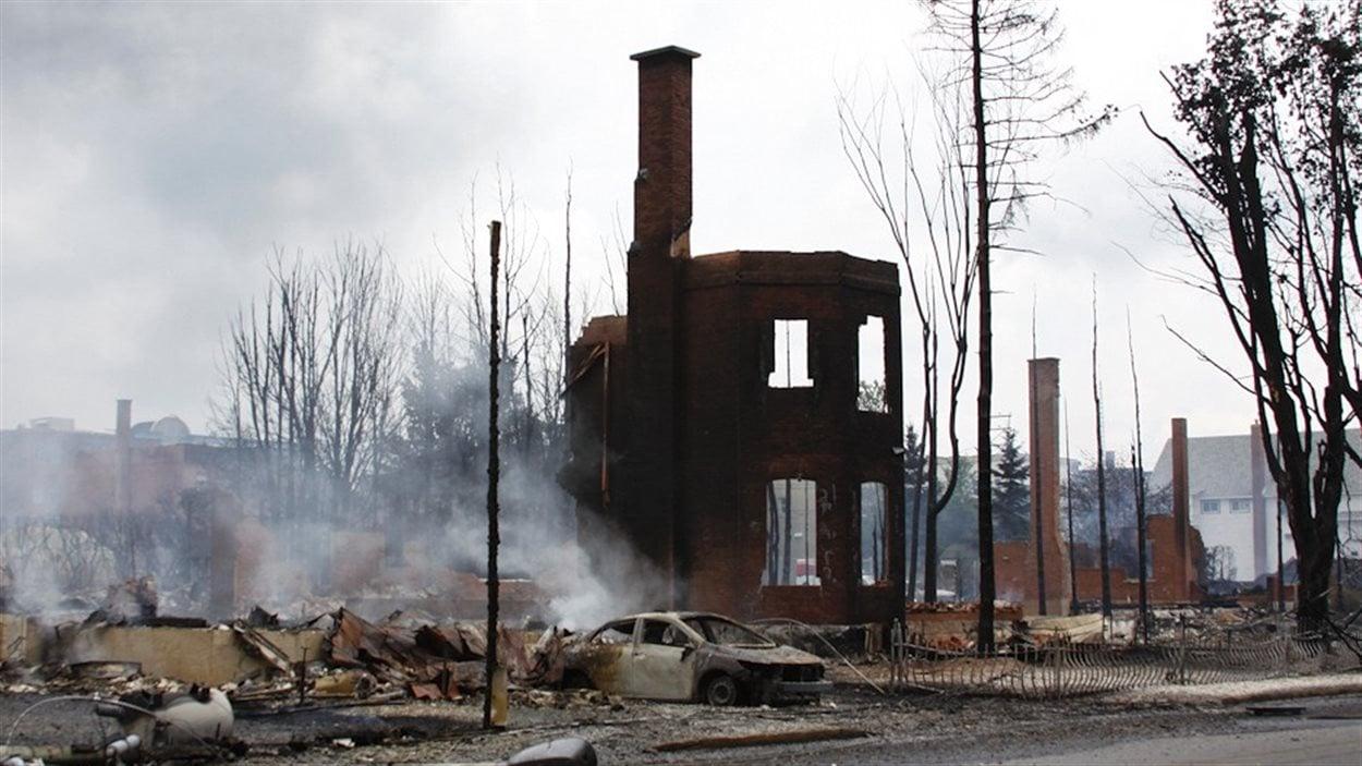 Les restes d'une maison de brique littéralement dévorée par les flammes.