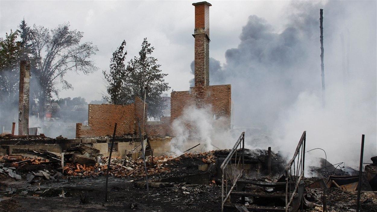 Les flammes n'ont laissé que les cheminées de briques.