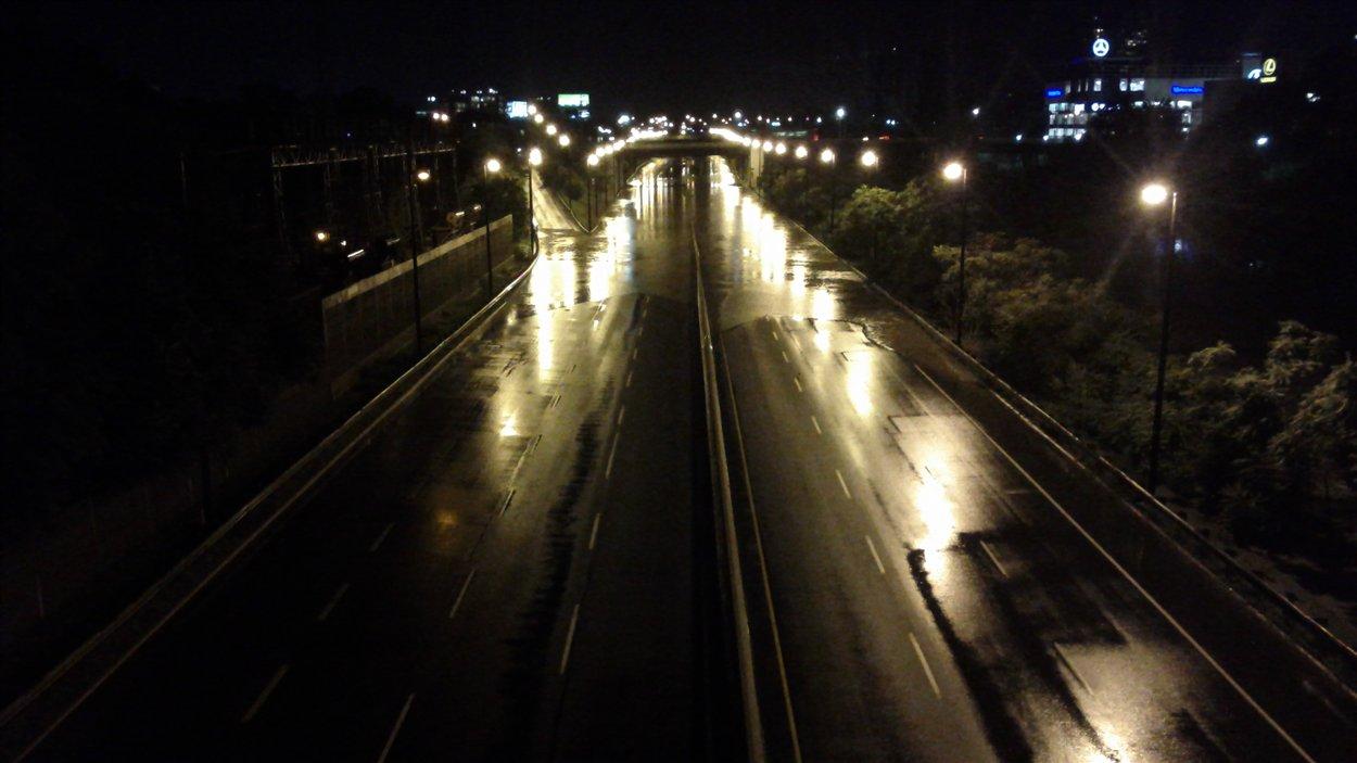 L'autoroute Don Valley à la tombée de la nuit