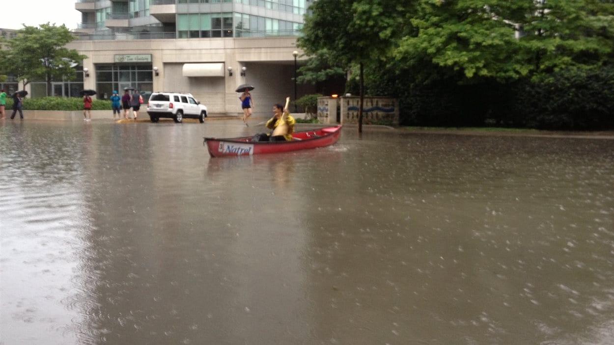 En canoë, sous la pluie, à Toronto.