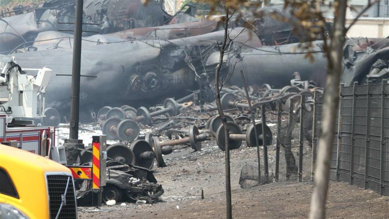 Des restes de la locomotive calcinée gissent encore au coeur du centre-ville.