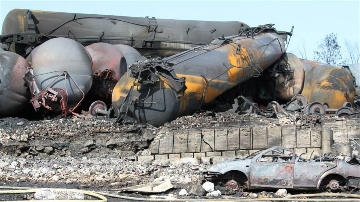 Les wagons-citernes se ont emboîtés les uns les autres lors du déraillement.