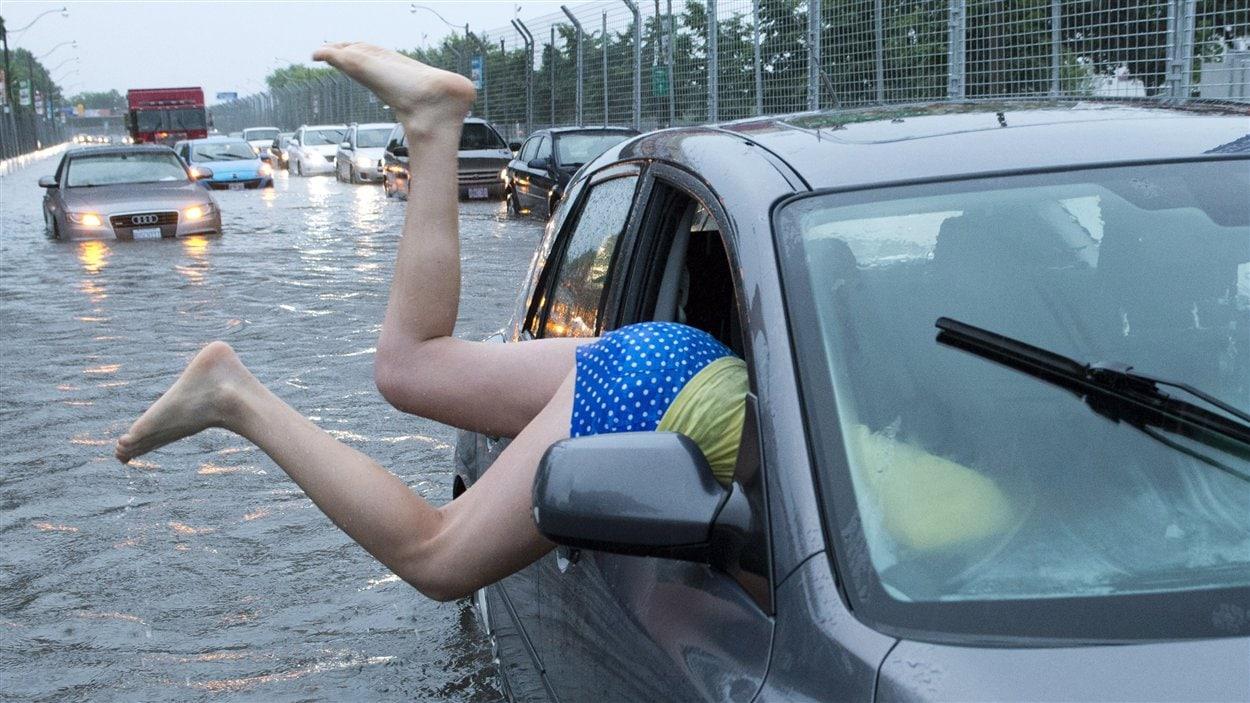Cette automobiliste s'est vite ravisée après avoir tenté de pousser sa voiture sur le boulevard Lakeshore.