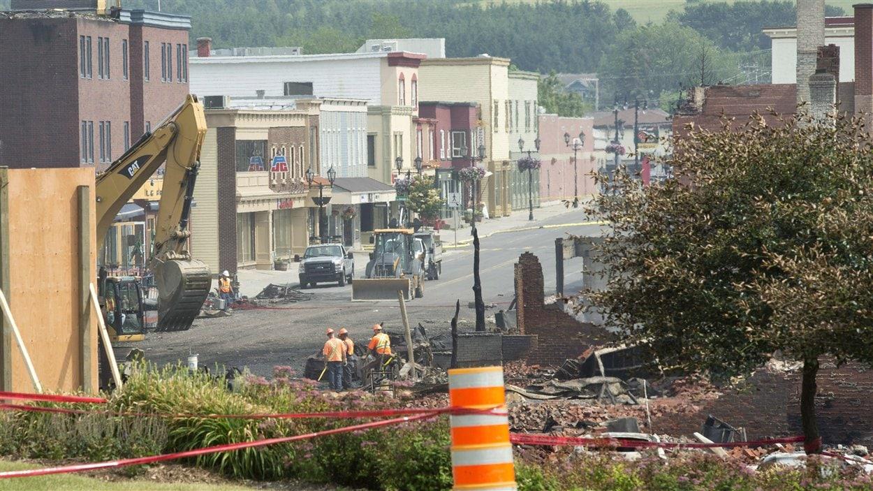 Une vue sur une partie des immeubles du centre-ville de Lac-Mégantic qui n'ont pas été ravagés par le feu.