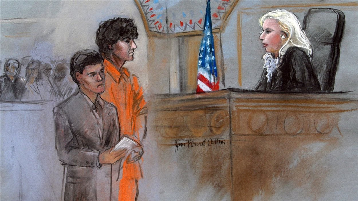 Djokhar Tsarnaev en compagnie de son avocat devant une juge de la cour fédérale de Boston