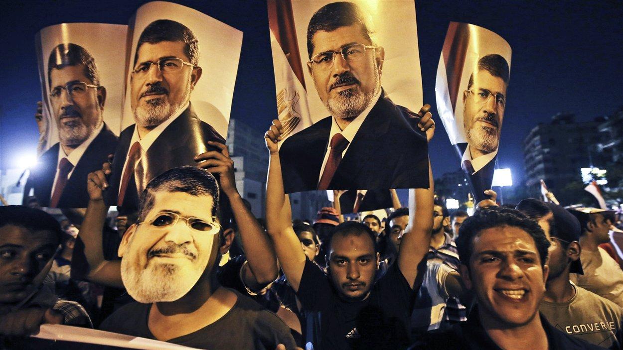 Des partisans du président déchu Mohamed Morsi  convergent dans les rues du Caire, mercredi.