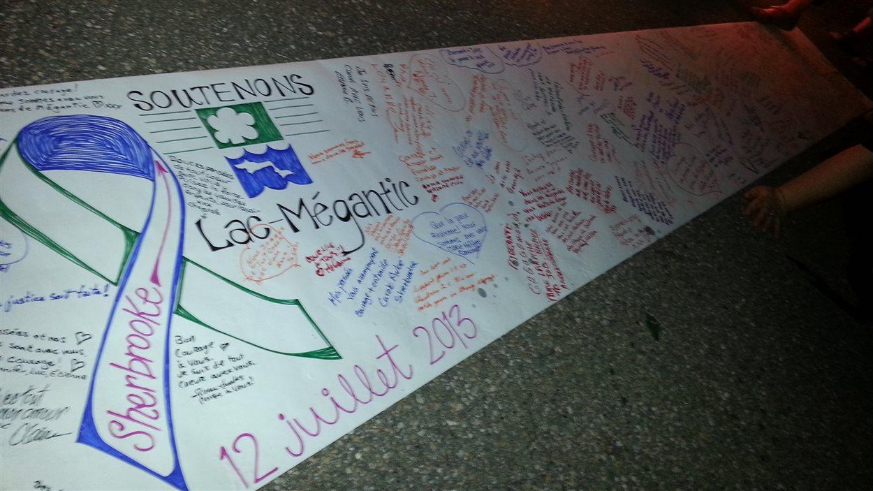 Banderole à la mémoire des victimes et des sinistrés de Lac-Mégantic