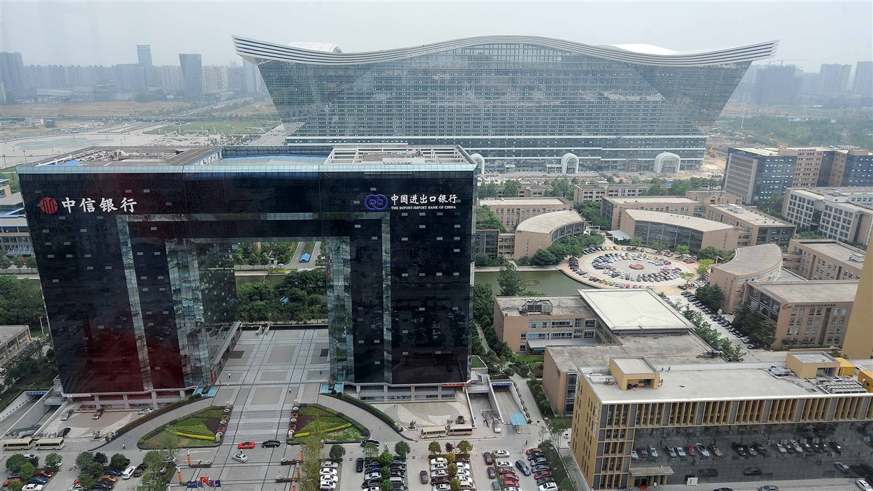 Le New Century Global Center (derrière), d'une hauteur de 100 mètres, apparaît parmi plusieurs autres structures impressionnantes de Chengdu, dans la province du Sechuan, en Chine, le 6 juin 2013