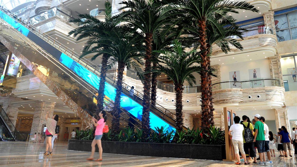 L'intérieur du centre commercial New Century Global, à Chengdu