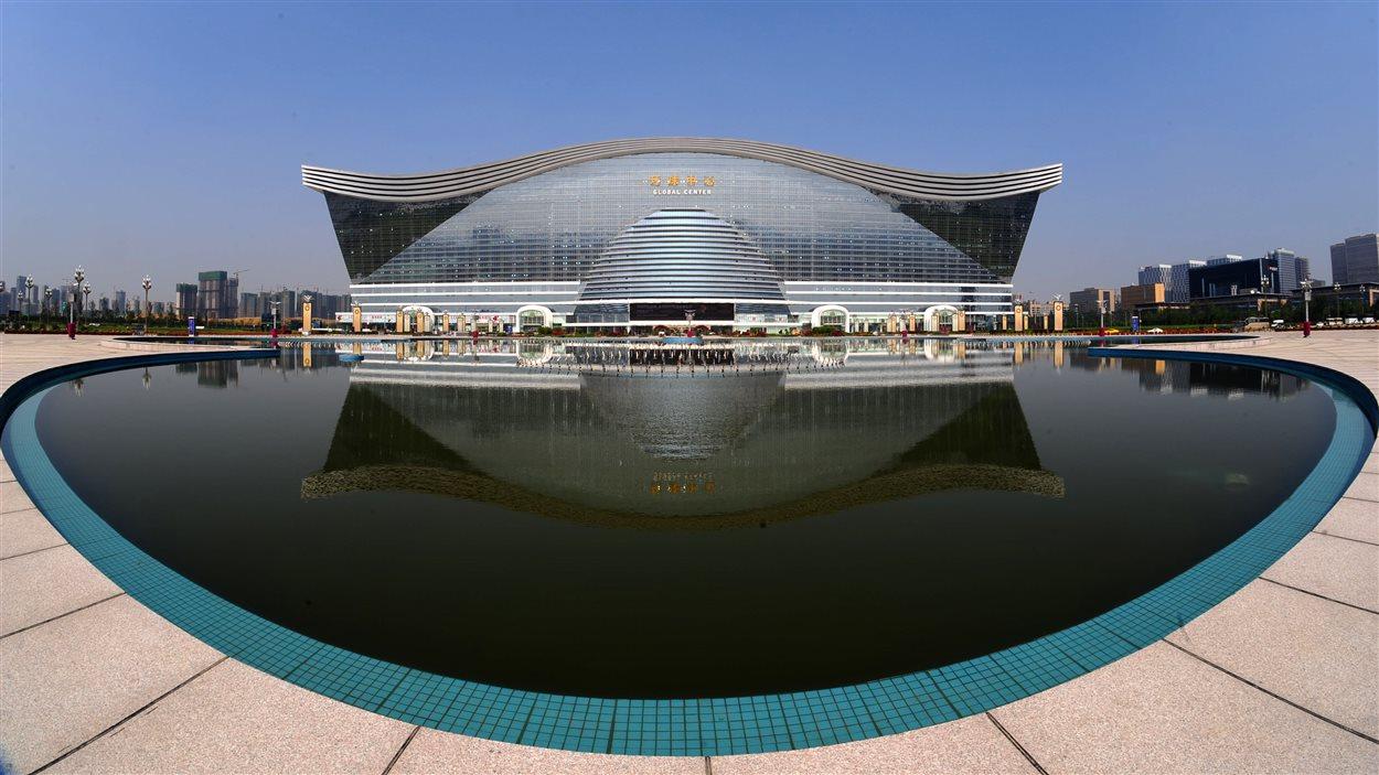 Le New Century Global Center, derrière un lac artificiel à Chengdu, le 6 juin 2013