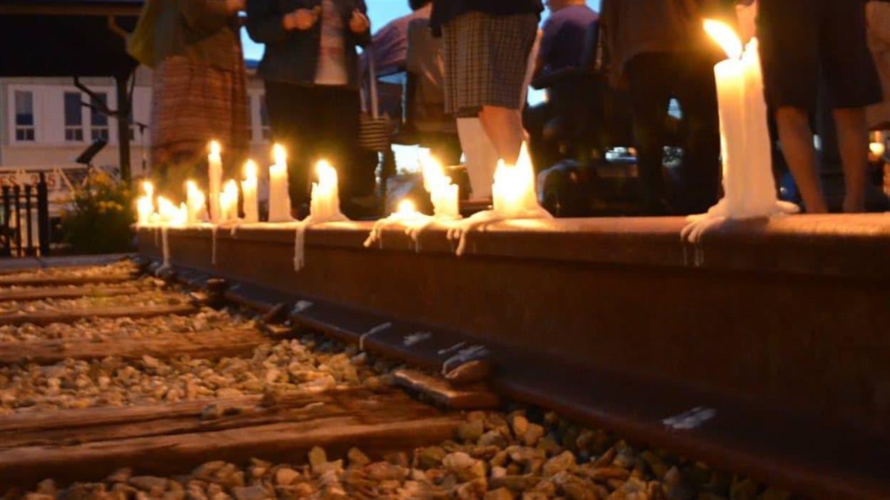 À Thetford Mines, des bougies ont été allumées sur des rails.