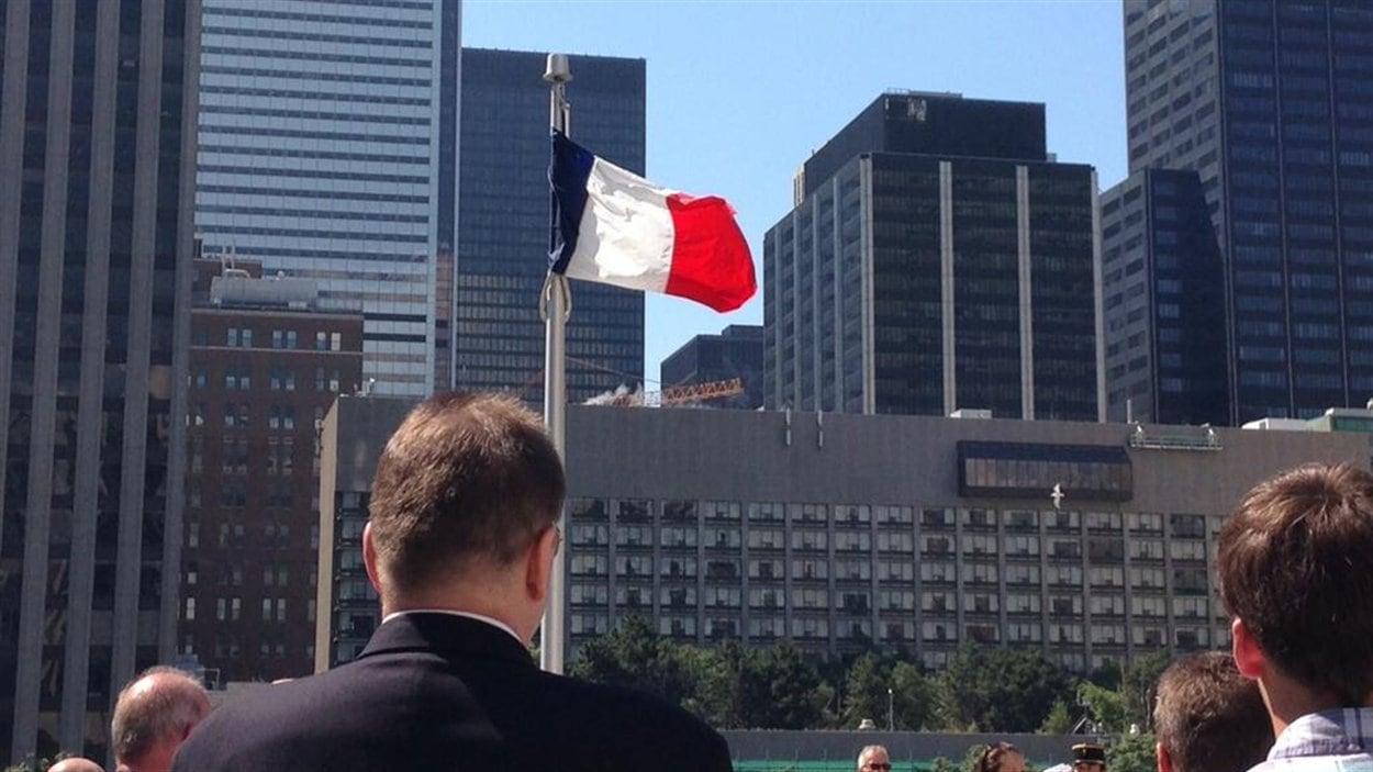 La levée du drapeau français a lieu chaque année devant l'hôtel de ville de Toronto.