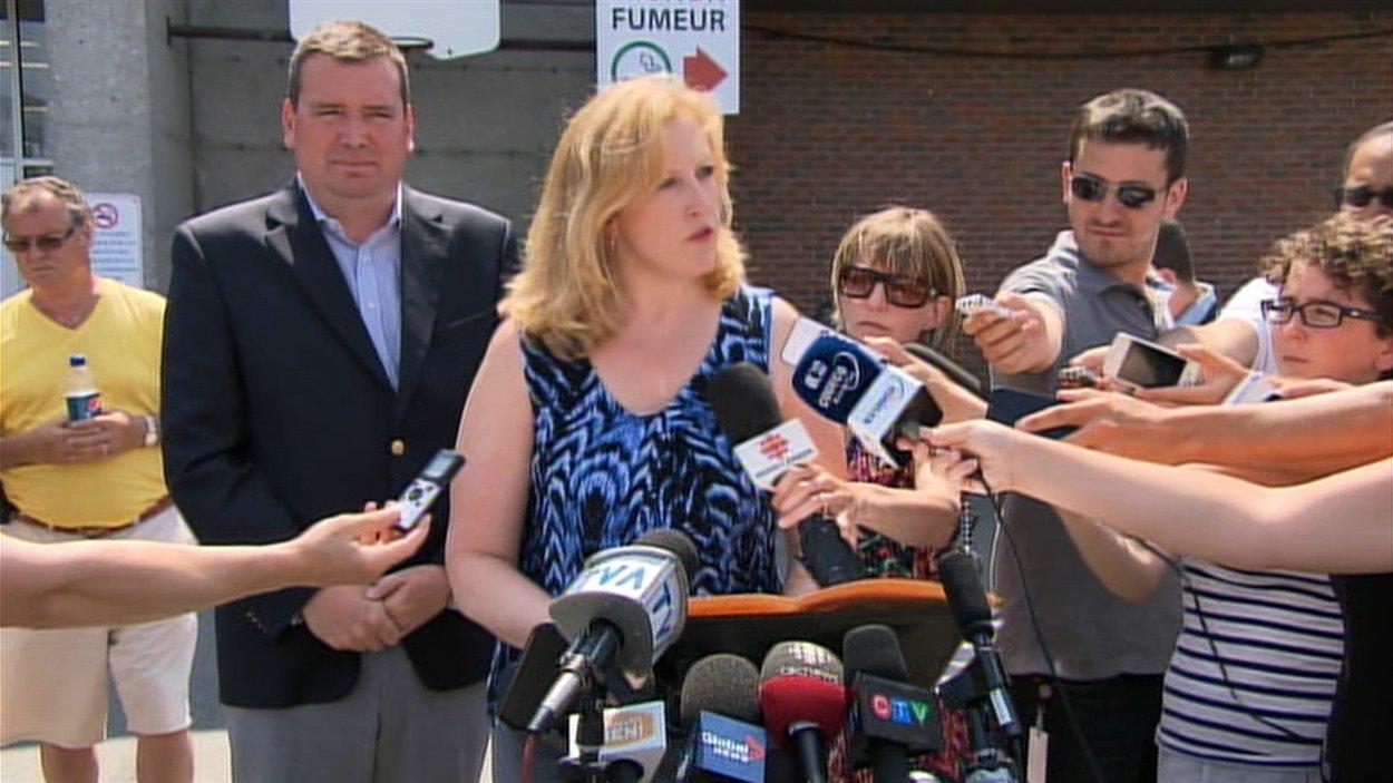 La ministre des Transports Lisa Raitt, accompagnée de Christian Paradis, député de Mégantic-L'érable, en point de presse à Lac-Mégantic le 17 juillet 2013