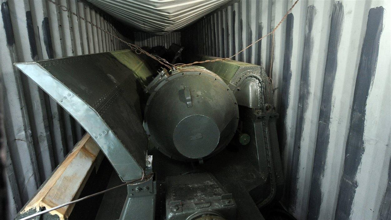 Cargaison à bord du navire nord-coréen Chong Chon Gang. La photo montre ce qui semble être des parties d'armes.