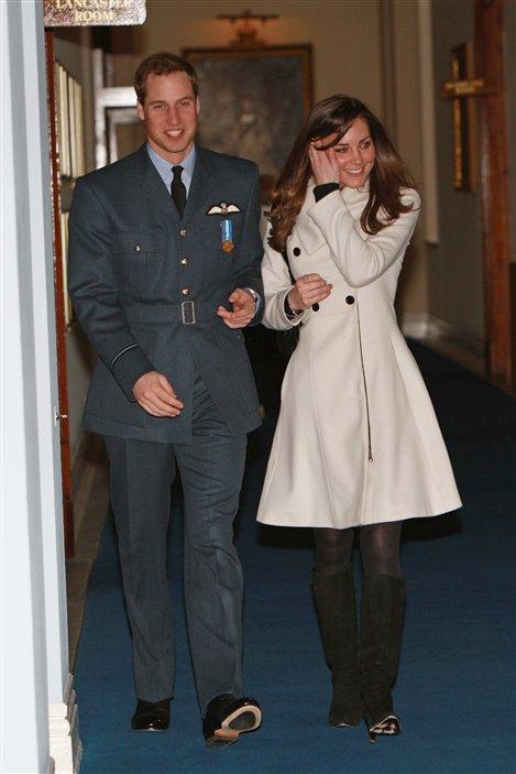 Kate Middleton accompagne le prince William lors de sa cérémonie de graduation comme pilote, à la base aérienne de Cranwell, le 11 avril 2008.